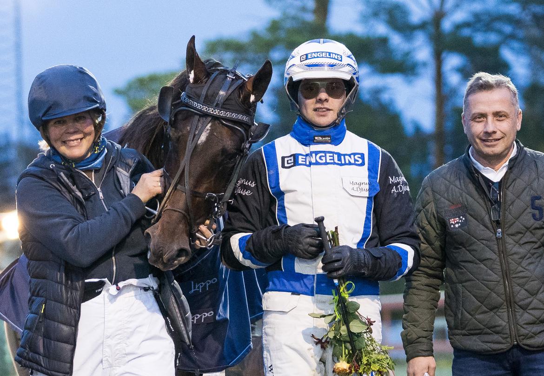 Anna Näslund med Eder Bob efter bronsdivisionssegern i V75 i Skellefteå. Delägaren och maken Henrik Bäckström och kusken Magnus A Djuse.