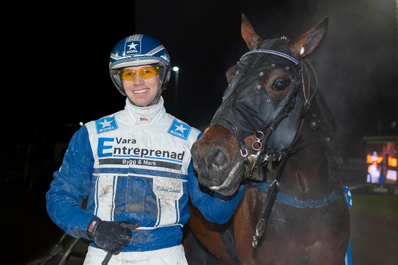 Första segern i guld för Baron Gift i december i fjol. Nu drömmer Rickard Svanstedt om Elitloppet.