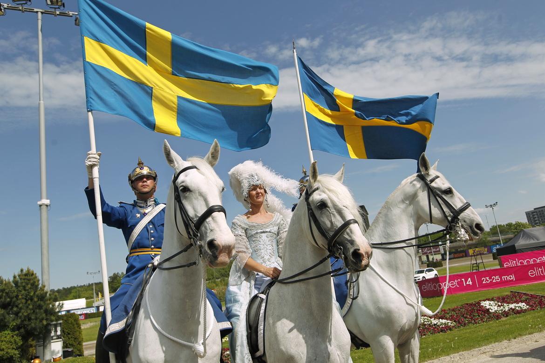 Invigningen av Elitloppet brukar ske med vita hästar och flaggor.