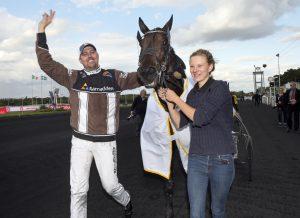 Propulsion klar för Elitloppet! Här ses hästen efter segern i Trotting Master-finalen med skötaren Ellinor Wennebring och tränaren Daniel Redén.
