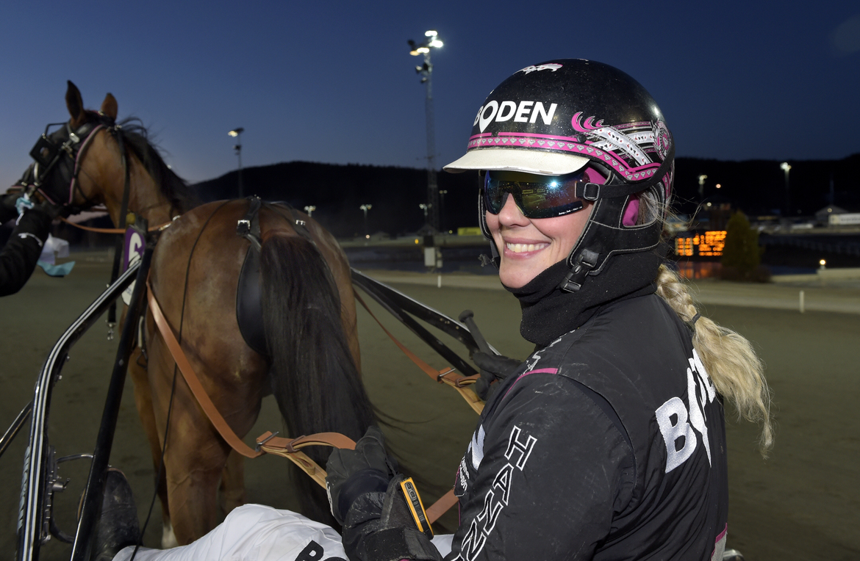 Hanna Olofsson har laddat rejält och har fem hästar till start på V75. Lars Jakobsson TR Bild.