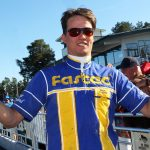 Oscar Berglund göra stora utrustningsändringar på Pleasure For Cash inför onsdagens start i V86. Tom Jönehag/TR Bild.