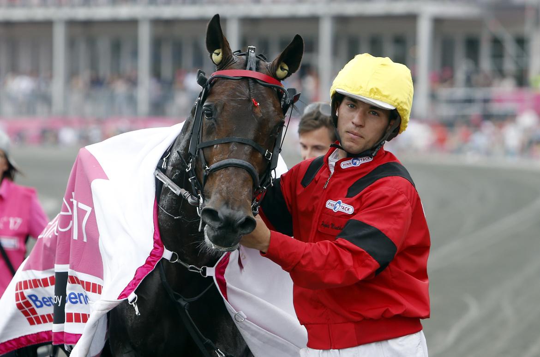 Bold Eagle med sin skötare Hughes Monthule som körde hästen i dennes sista start.