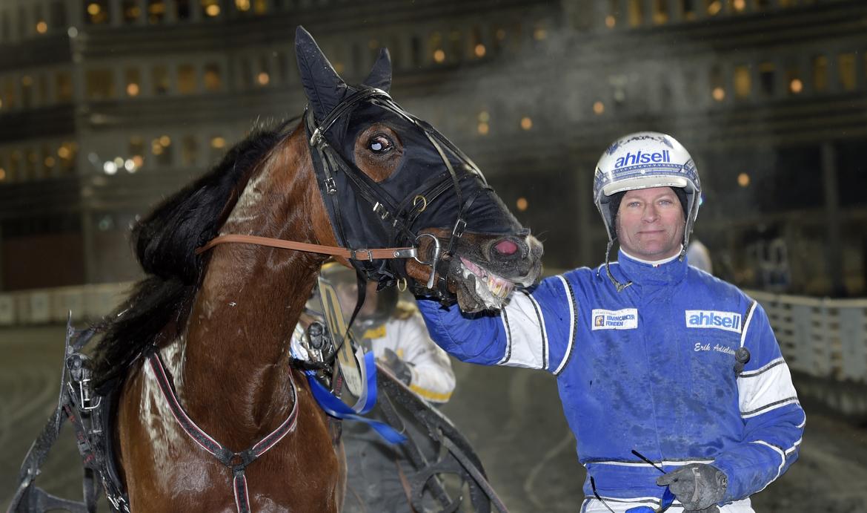 Esprit Sisu med sin kusk Erik Adielsson efter krossen i silverdivisionens final på Solvalla annandag jul.