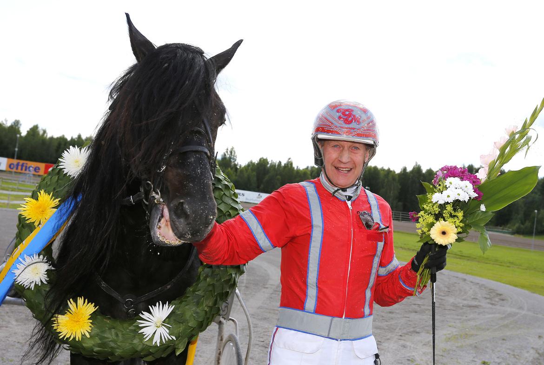 Gunnar Melander med niofaldige miljonären Månprinsen A.M.