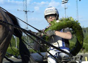 Magnus A Djuse kör i sex av sju lopp på V75 på Hagmyren. Lars Jakobsson TR Bild.