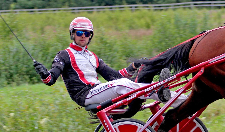 Mats E Djuse kör både i det norska kriteriet och derbyt för kallblod på Bjerke. Tom Jönehag TR Bild.