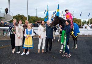 Square de Luynes i vinnarcirkeln på Bro Park efter fjolårets triumf i Stockholm Cup. Tränaren Niels Petersen ses vid hästens sida.