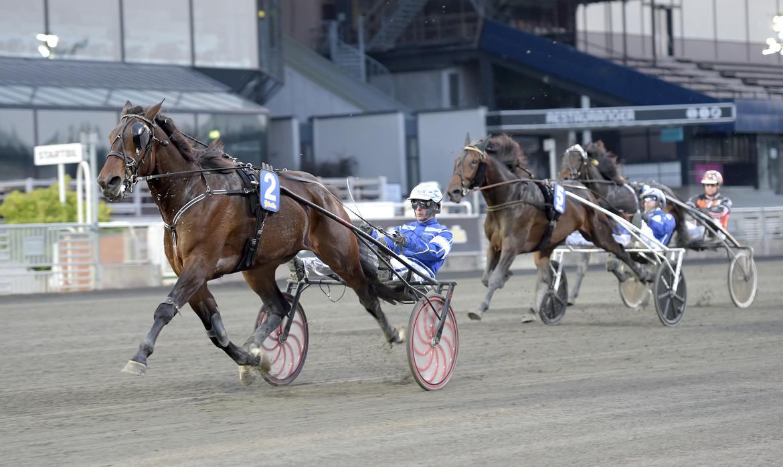 Alesso överlägsen från ledningen på Solvalla för Erik Adielsson.