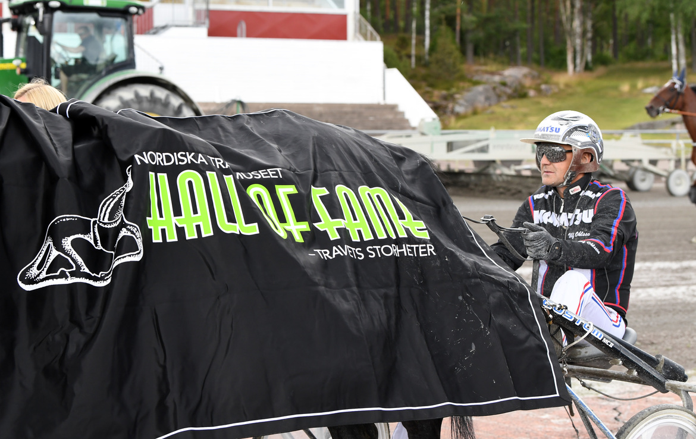 Ulf Ohlsson defilerar hem femte raka segern i Allsvenska kuskligan.  Malin Albinsson TR Bild.