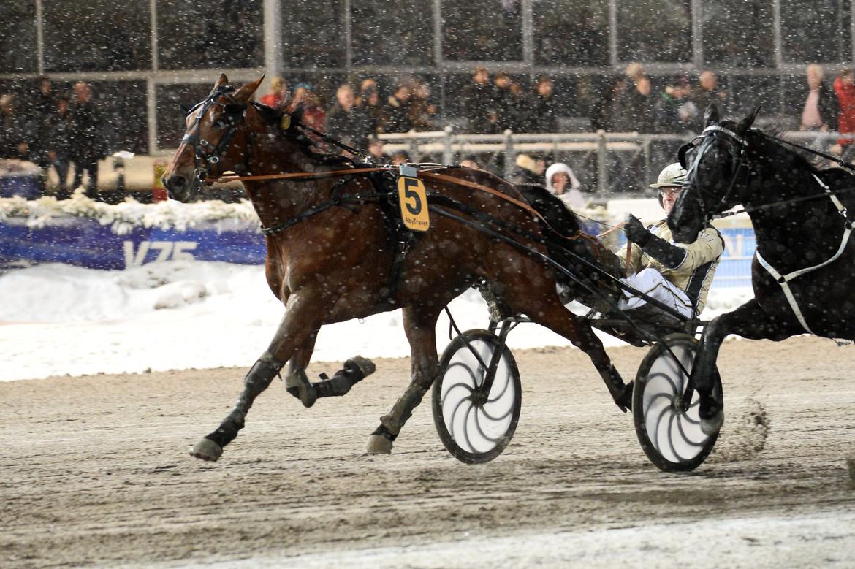 Pebbe Simoni vid seger på V75 2016. På onsdagen slog 13-åringen till igen V75 avgjordes på Bjerke. Malin Albinsson TR Bild.