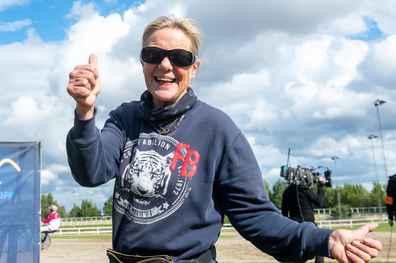 Glad tränare efter Isco Bokos seger i Derbystayern på Jägersro i september förra året. På onsdag laddar Monica Sahlgren-Fromell om med stoet Valeria Wareco.