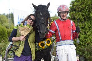 Månlykke A.M. efter SM-segern på Bergsåker i augusti förra året. Gunnar Melander tränar och Anna-Maria Öberg har fött upp hästen.