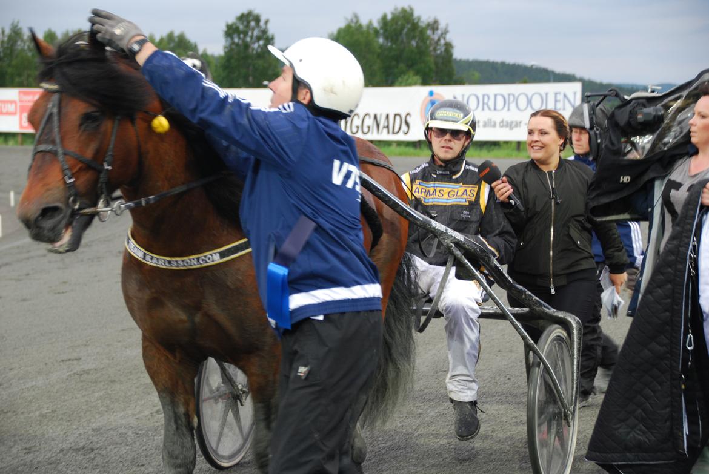 Björn Karlsson intervjuas efter en seger i Boden med kallblodige stjärnan Tangen Haap.
