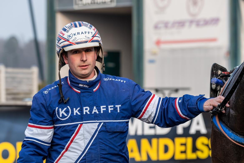 Rommetränaren Joakim Elfving selade ut fyra vinnare i Årjäng. Lena Emmoth TR Bild.