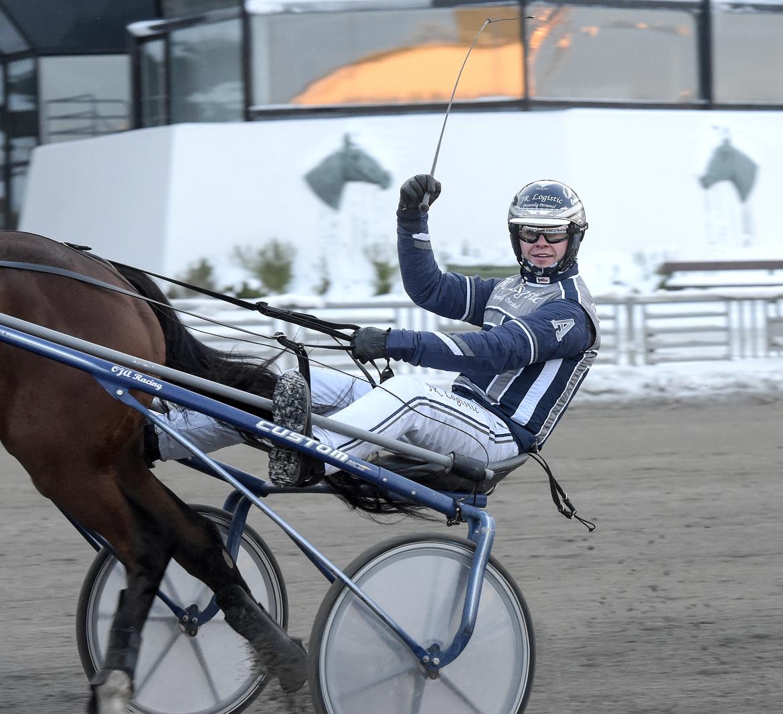 Oskar J Andersson åker till Åmål på onsdag med tre hästar.