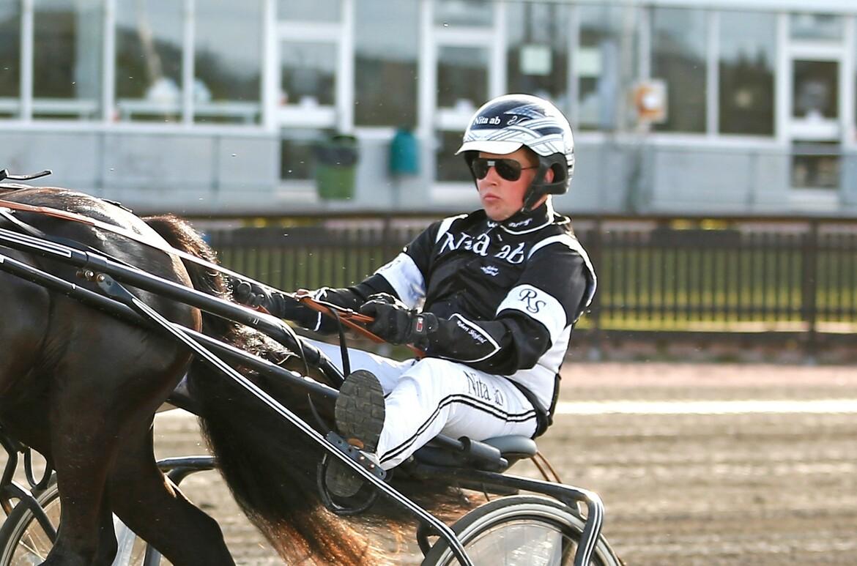 Robert Skoglund har en spännande häst till start på V86®. Maria Holmén TR Bild.